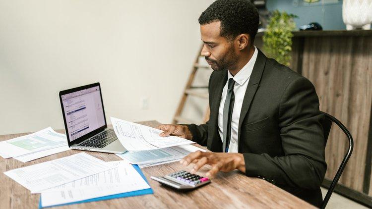 Praca jako aktuariusz – zarobki, obowiązki, rozwój kariery