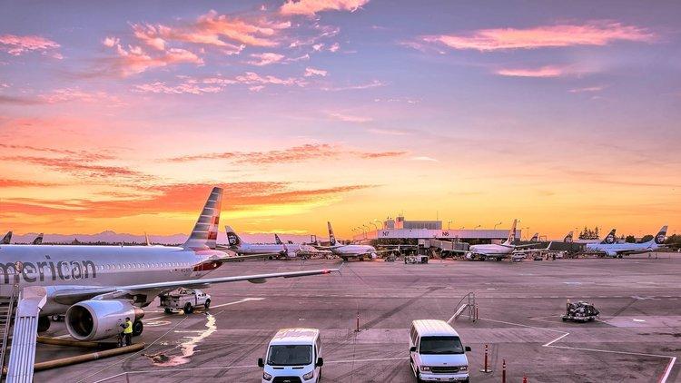 Praca jako kontroler ruchu lotniczego - odpowiedzialność, kurs i zarobki