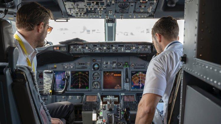 Praca jako pilot samolotu – zarobki, wymagania i perspektywy zawodowe